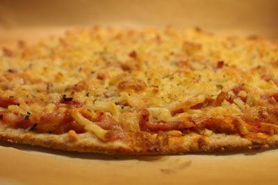Pizza bagt på pizzasten